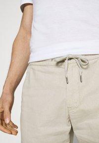 Lindbergh - ELASTIC WAIST - Shorts - off white mix - 7
