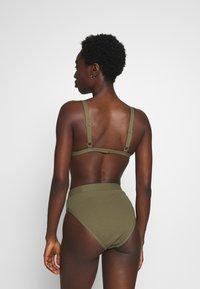 NA-KD - STRUCTURED BUCKLE DETAIL TRIANGLE - Bikiniöverdel - burnt olive - 2