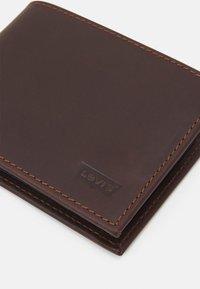 Levi's® - CASUAL CLASSICS HUNTE COIN BIFOLD BATWIN - Wallet - dark brown - 3