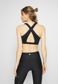 Cotton On Body - WORKOUT CUT OUT CROP - Light support sports bra - black - 2