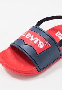 Levi's® - POOL MINI UNISEX - Sandały - red/navy - 2