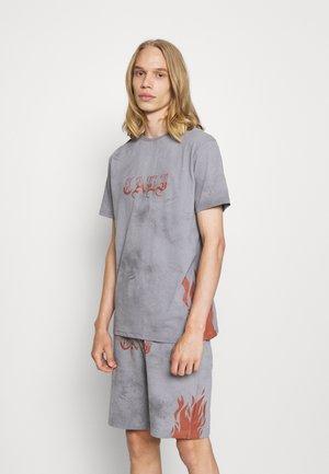 FLAME TEE AND SHORT SET - Print T-shirt - grey
