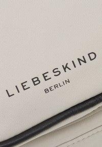 Liebeskind Berlin - BELTBAG - Ledvinka - pale moon - 4