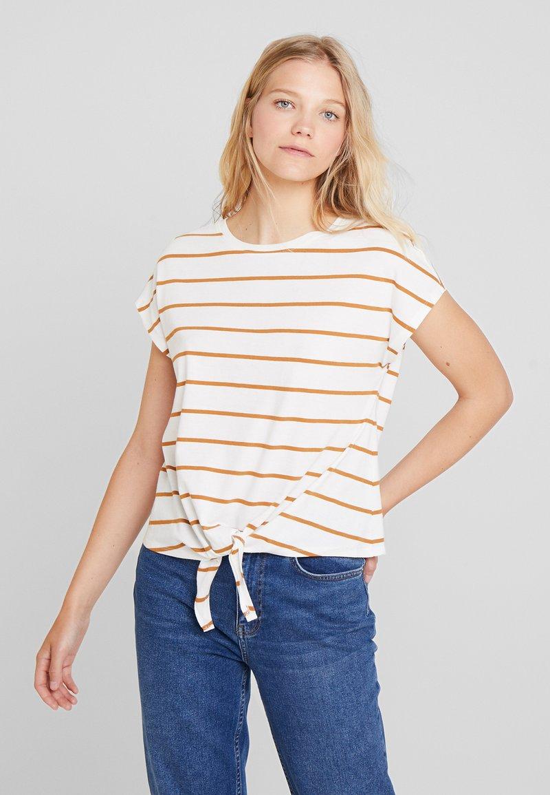 KIOMI - Print T-shirt - off-white/cognac