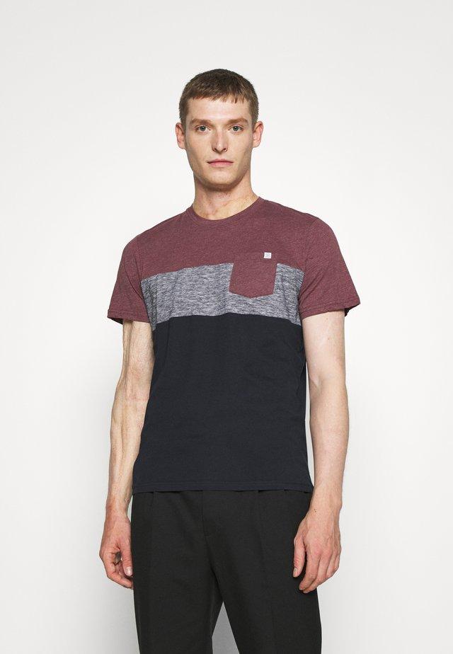 CUTLINE - Print T-shirt - dusty wildberry red