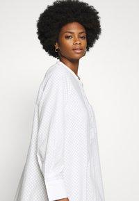And Less - ALACEN DRESS - Skjortekjole - brilliant white - 4