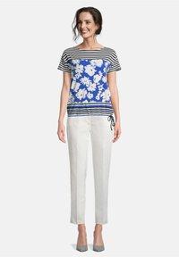 Betty Barclay - TUNNELZUG - Print T-shirt - dunkelblau/weiß - 1