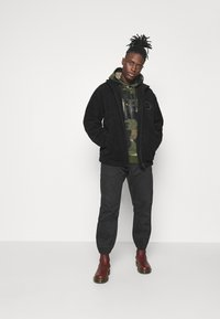 adidas Originals - CAMO HOODIE - Sweat à capuche - wild pine/multicolor/black - 1