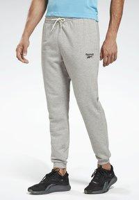 Reebok - SMALL LOGO ELEMENTS JOGGER PANTS - Pantalon de survêtement - grey - 0