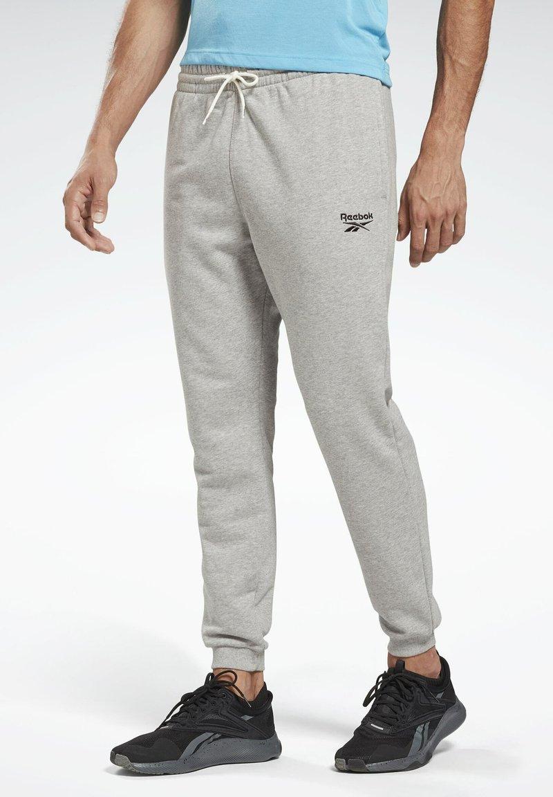 Reebok - SMALL LOGO ELEMENTS JOGGER PANTS - Pantalon de survêtement - grey