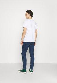 Wrangler - LARSTON - Jeans slim fit - blue denim - 2