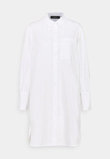 KIRA X NU - IN LONG LINE SHIRT DRESS - Vestido camisero - white