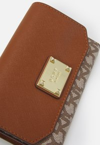DKNY - HOLIDAY ITEMS HANGING MINI POUCH WITH MICRO STUDS - Wallet - chino/caramel - 3