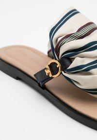 Tory Burch - SELBY SCARF  - Sandály s odděleným palcem - perfect navy - 4