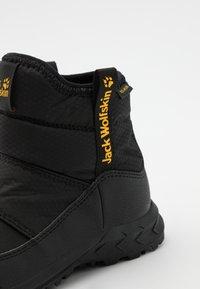 Jack Wolfskin - WOODLAND TEXAPORE WT MID UNISEX - Hiking shoes - black/burly yellow - 5