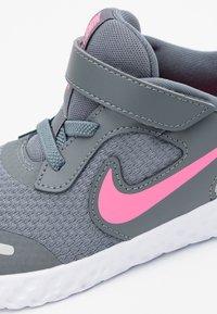 Nike Performance - REVOLUTION 5 UNISEX - Hardloopschoenen neutraal - smoke grey/pink glow/photon dust/white - 5