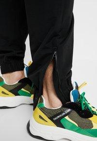 Calvin Klein Jeans - TRACK PANT - Pantalon de survêtement - black - 4