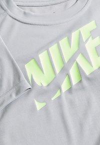 Nike Performance - Print T-shirt - light smoke grey/ghost green - 3