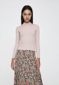 PULL&BEAR - MIT STEHKRAGEN  - Sweter - rose - 0
