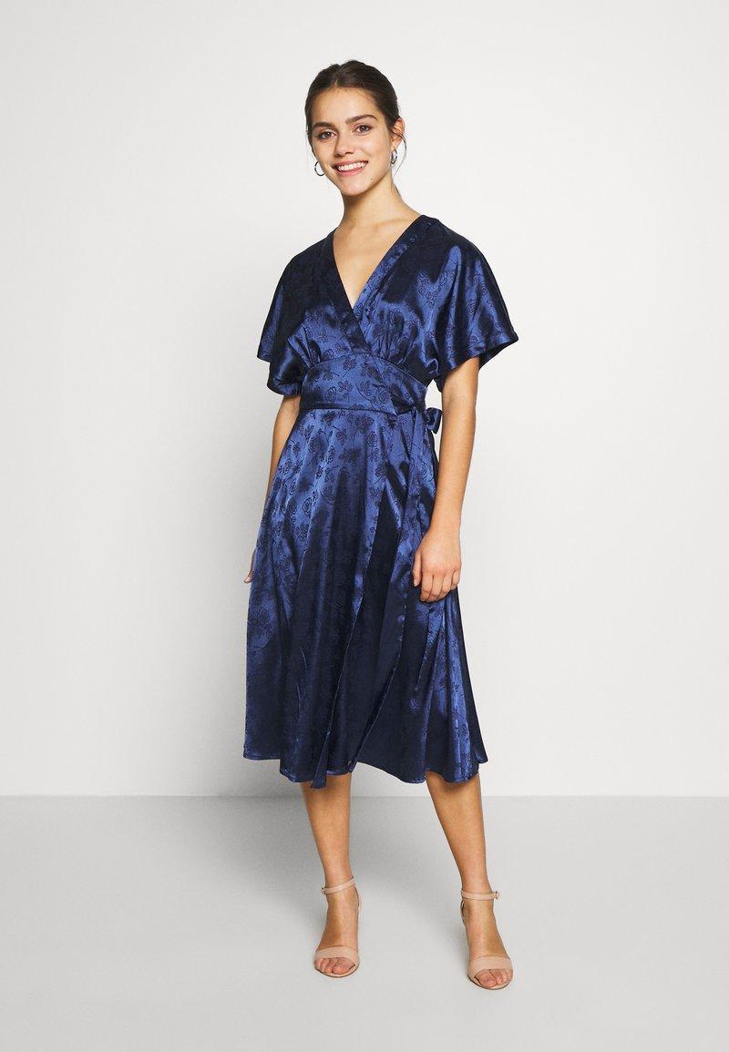 Lost Ink Petite - KIMONO WRAP SLEEVE DRESS - Robe d'été - navy