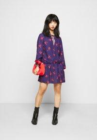 True Violet Petite - LONG SLEEVE SWING DRESS WITH KEYHOLE - Denní šaty - blue/red - 1