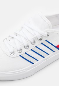 adidas Originals - DELPALA SHOES - Matalavartiset tennarit - footwear white/scarlet/royal blue - 5