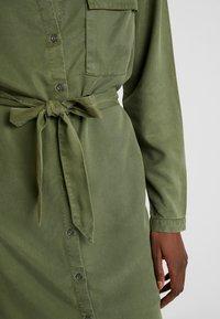 Moss Copenhagen - ROSANNA DRESS - Blusenkleid - lichen green - 6