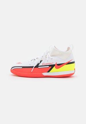 JR. PHANTOM GT2 ACADEMY DYNAMIC FIT IC UNISEX - Fotbollsskor inomhusskor - white/bright crimson/volt