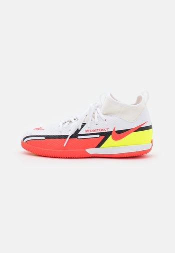 JR. PHANTOM GT2 ACADEMY DYNAMIC FIT IC UNISEX - Indoor football boots - white/bright crimson/volt