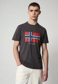 Napapijri - SIROL - T-shirt med print - dark grey solid - 0