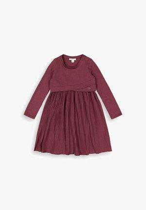 MIT PLISSEE - Robe en jersey - plum red