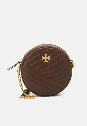 KIRA CHEVRON CIRCLE - Across body bag - fudge