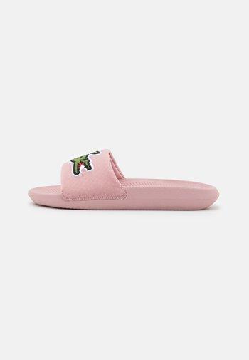 CROCO SLIDE  - Mules - light pink/green