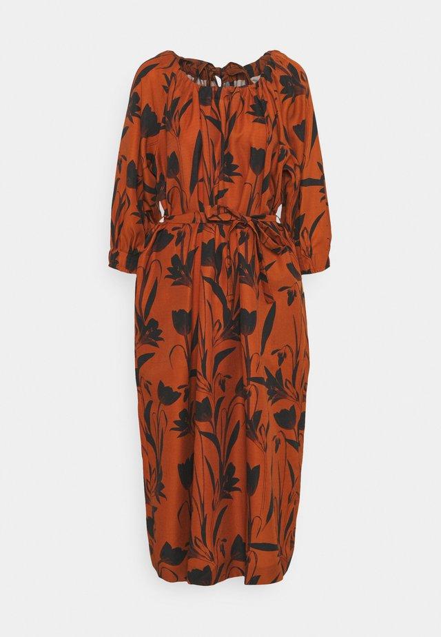 RAGLAN SLEEVE DRESS WITH GATHERED NECK & CUFFS - Freizeitkleid - botanical rust