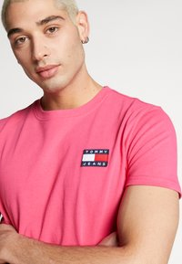 Tommy Jeans - BADGE TEE  - T-shirt basic - bright cerise pink - 3