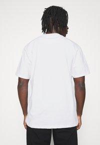 Karl Kani - SIGNATURE TEE UNISEX - Print T-shirt - white - 2