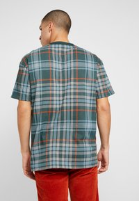 Urban Classics - CHECK OVERSIZED HEAVY TEE - Print T-shirt - bottlegreen - 2