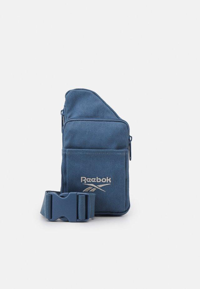 SMALL SLING BAG UNISEX - Schoudertas - blue slate
