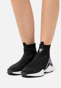 Guess - BAMMIE - Sneakers hoog - black - 0