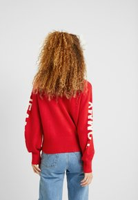 Tommy Jeans - LOGO SLEEVE DETAIL - Pullover - racing red - 2