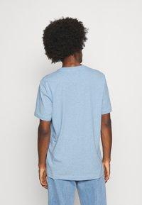 Selected Homme - SLHNORMAN O NECK TEE - Basic T-shirt - ballad blue melange - 2