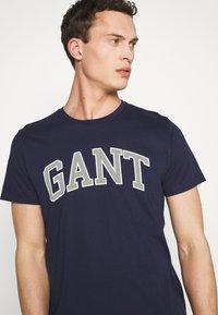 GANT - ARCH OUTLINE  - T-shirt med print - evening blue - 4