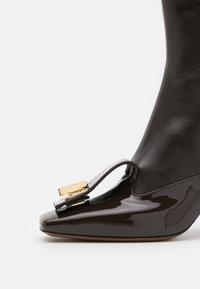 L'Autre Chose - BOOT ZIP - Ankelboots med høye hæler - dark brown - 6