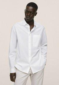 Mango - RELAXED FIT - Formal shirt - weiß - 0