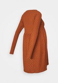 MAMALICIOUS - MLNILLE DRESS - Žerzejové šaty - glazed ginger/black dots - 1