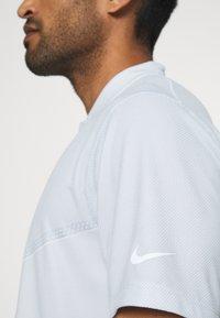 Nike Golf - BLADE - Triko spotiskem - white/gym red/white - 4