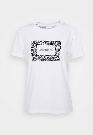 REGULAR FIT LEO BOX TEE - Triko spotiskem - bright white