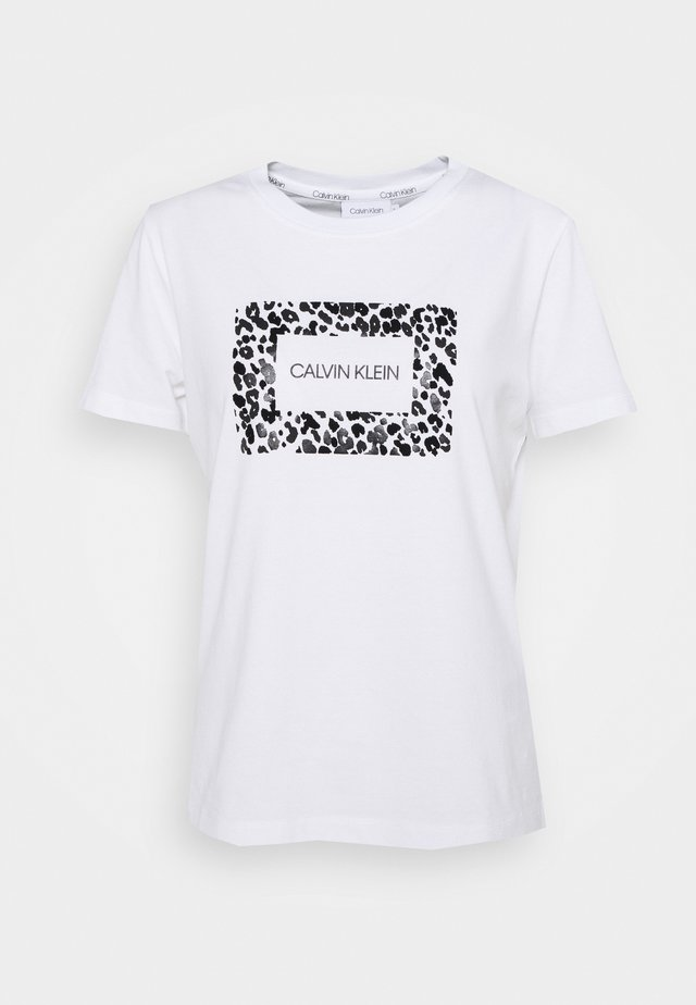 REGULAR FIT LEO BOX TEE - Print T-shirt - bright white