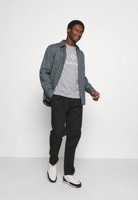 GANT - LOCK UP  - T-shirt med print - grey melange - 1