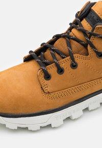 Timberland - TREELINE UNISEX - Sneakersy wysokie - wheat - 5